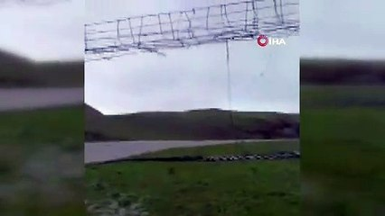 Kuvvetli rüzgara dayanamayan asma köprü uçtu