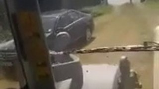 Ce conducteur n'aurait pas du se garer dans le champs de cet agriculteur