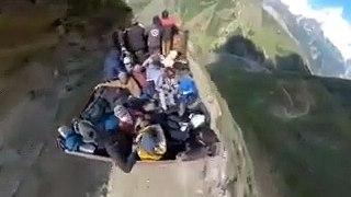 Oseriez-vous voyager sur cette charrette dans l'Himalaya... Vertigineux