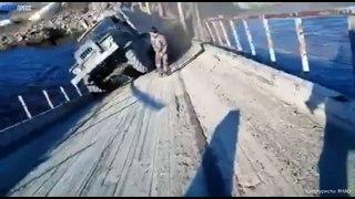 Ce pont cède sous le passage d'un camion de l'armée en Russie !