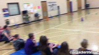 Ce prof de sport marque des panier de basket impressionnants devant ses élèves !