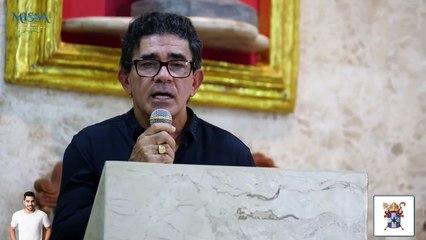Pai de Grabriel Diniz se emocina na missa de um ano da morte do cantor