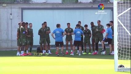 Juanmi ya toca balón en el entrenamiento del Betis
