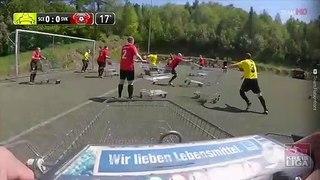 Un match de foot avec des caddies pour respecter la distanciation sociale