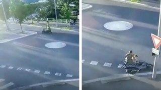 Deux hommes bourrés à scooter tombent juste devant un commissariat