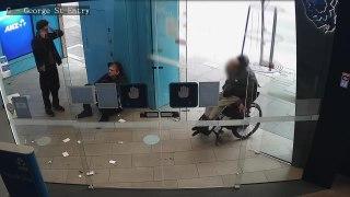 Deux hommes attendent qu'un homme en fauteuil roulant retire de l'argent pour le voler