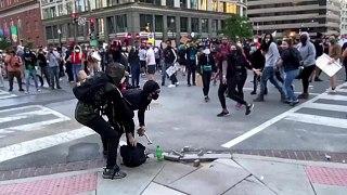 Des manifestants livrent un casseur à la police