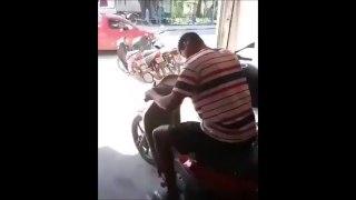 Il essaye son nouveau scooter ! On ne l'a jamais retrouvé