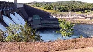 Un tourbillon d'insectes se crée au dessus de ce barrage dans le Missouri
