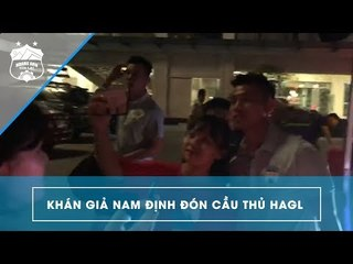 Văn Thanh, Văn Toàn được các bạn trẻ đứng đợi ở cửa khách sạn để xin chữ ký | HAGL Media