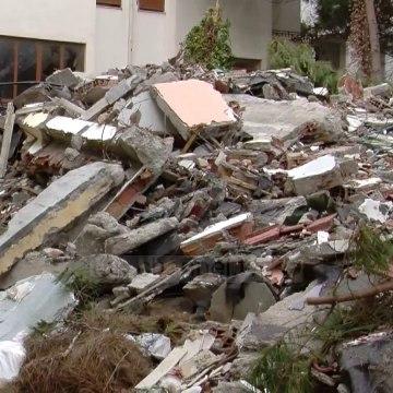 Inertet pas shembjes/ Prej 3 javësh nuk hiqen te Shkëmbi i Kavajës, banorët të shqetësuar