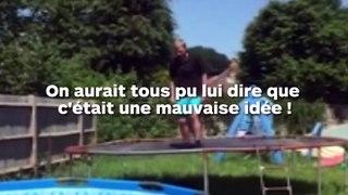 Il tente de sauter dans la piscine depuis le trampoline, mais ça finit mal !