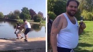 Un idiot super content de pousser un photographe dans l'eau