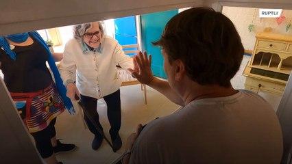 В доме престарелых используют стеклянную тележку для визитов родственников