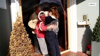 Cortina do carinho é criada em Lar de idosos para que seus moradores abracem familiares