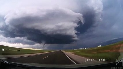 Une tornade filmée en caméra embarquée