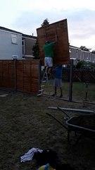 Deux hommes posent une clôture
