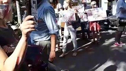Manifestació d'exiliats bielorussos davant del consolat a Barcelona