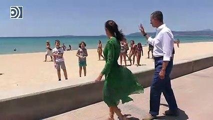 La reina Letizia repite en Palma su nuevo estilo favorito dando un paseo junto al Rey
