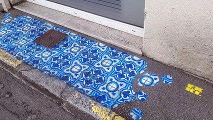 Le graphiste Dominique Hermier peint des carreaux de ciment sur les trottoirs d'Évreux