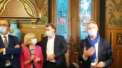 Serge Grouard (LR), avec son masque, aux côtés de Florent Montillot (UDI), à l'hôtel Groslot, avant l'annonce de sa victoire aux municipales à Orléans