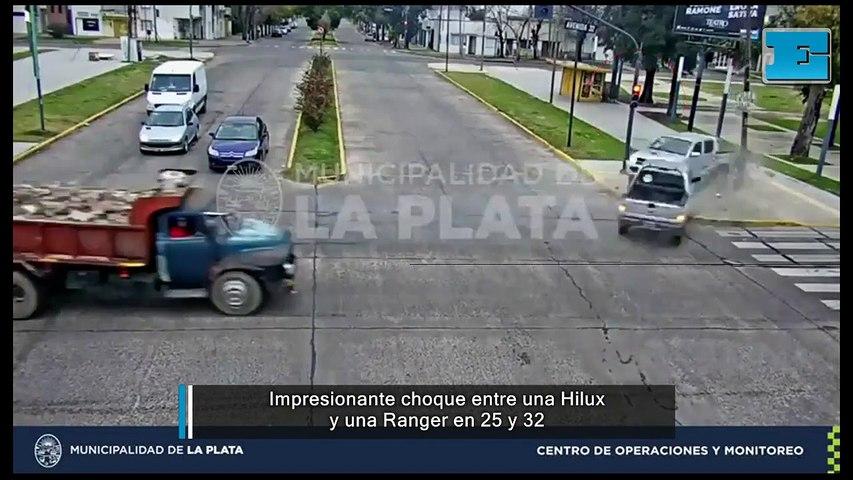 Impresionante choque entre una Ranger y una Hilux en 25 y 32
