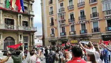 El Ayuntamiento de Pamplona despliega un enome 'pañuelo' en su fachada en el momento del Chupinazo para recordar que 'Los Viviremos'