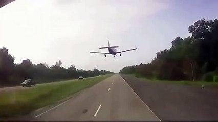 Insolite ! Quand tu roules sur l'autoroute et un avion se pose juste devant toi !