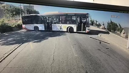 Un chauffeur de bus oublie le frein à main en pleine descente