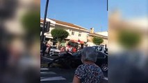 Una mujer sale bailando del coche en bikini después de tener un aparatoso accidente