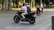 El motero Fernando Simón comete a diario una infracción de tráfico al salir del Ministerio multada con 90 €