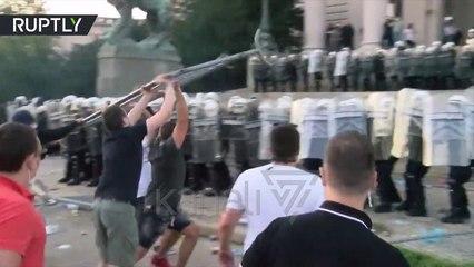 SERBET NE RRUGE KUNDER IZOLIMIT, QYTETARET PERPLASEN ME POLICINE - News, Lajme - Kanali 7