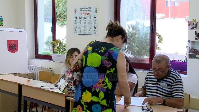 """Top News - """"Është shumë vonë për ndryshime kushtetuese"""", Varhelyi: Votoni Marrëveshjen e 5 Qershorit"""