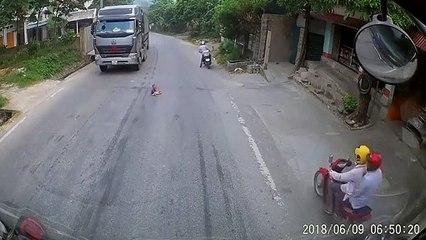 Effrayant : un bébé traverse seul la route au moment où deux camions s'approchent