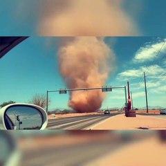 Incroyable tornade de poussière dans ce désert