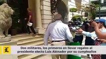 Dos militares, los primeros en llevar regalos al presidente electo Luis Abinader por su cumpleaños