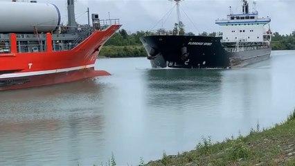 Quand deux gros bateaux se croisent sur un canal mais n'ont pas le temps de s'éviter