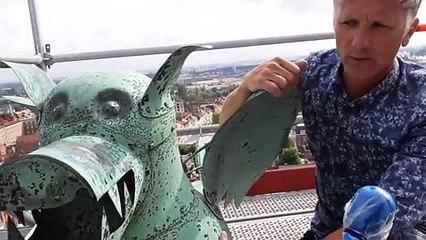 Le dragon qui se trouvait à plus de 30 mètres du sol a été descendu