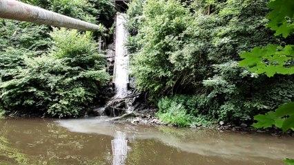 Un liquide blanchâtre s'écoule dans la Vesdre à Verviers