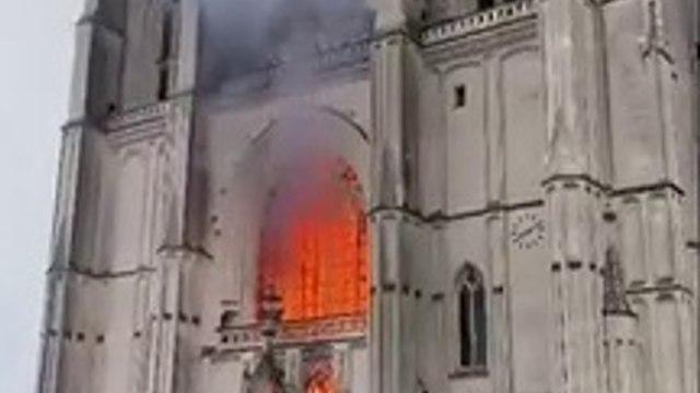Nantes - La cathédrale Saint-Pierre-et-Saint-Paul est en feu depuis quelques minutes - Les pompiers annoncent que -le feu est important et pas encore maîtrisé- -