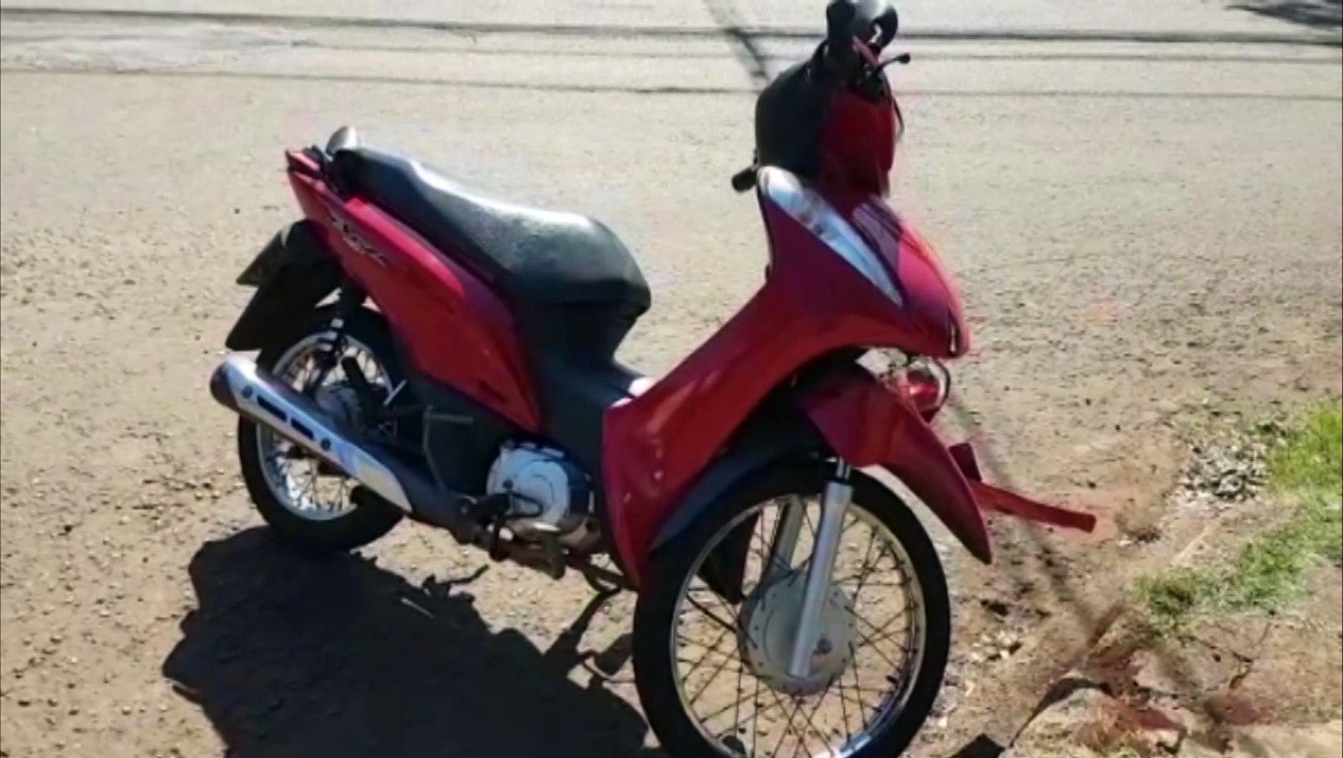 Carro e moto batem no Bairro Santa Cruz, deixando jovem ferida