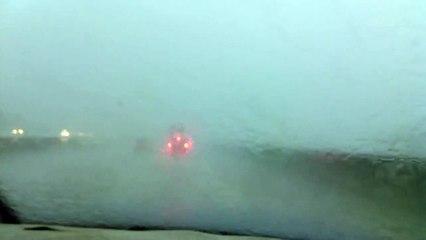 Impressionnant : un camion est frappé par la foudre sur l'autoroute !