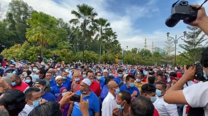 Najib's supporters protest outside KL courthouse