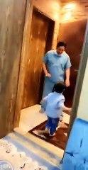 Medico saudita nega un abbraccio al figlio e scoppia in lacrime dopo aver smontato dal turno in ospedale
