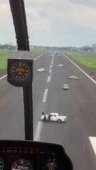 Incredibile in Ecuador: auto della polizia invadono la pista per impedire l'atterraggio all'aereo da Madrid