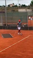 Ecco cosa vuol dire avere la stoffa del campione: Nadal pulisce il campo sa gioco