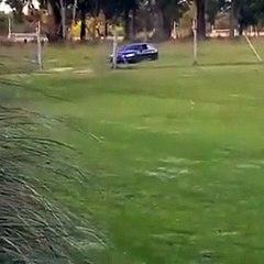 Maradona sfoggia un'auto con luci e sirene della polizia