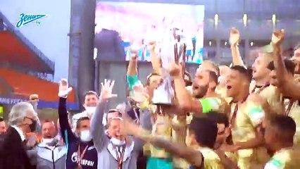 La Coppa vinta dallo Zenit scivola dalle mani di Ivanovic e finisce a terra