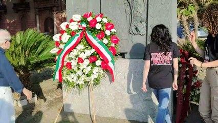 La Rivolta di Reggio 50 anni dopo: omaggio floreale al monumento ai Moti, le immagini