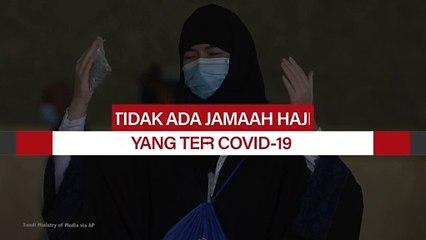 Jamaah haji melaksanakan shalat di dalam Masjid Namira di Arafah mengenakan masker dan menjaga jarak sosial untuk melindungi diri mereka terhadap virus corona di dekat kota suci Mekah, Arab Saudi, Kamis (30/7/2020).